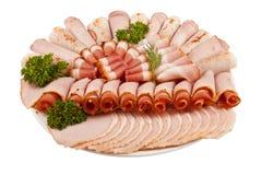 Salamischinkenfleisch und -mehr auf der Platte lokalisiert auf der Weißrückseite lizenzfreies stockfoto