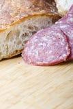 Salamiwurst geschnitten mit Brot für Sandwich Lizenzfreie Stockbilder