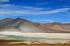 Salar de Talar pitoresco com montagem Cerro Medano no fundo, o Chile imagem de stock royalty free