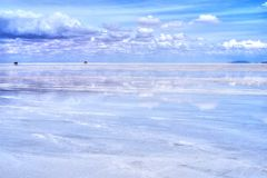 Salar de Uyuni αντανάκλαση του μπλε ουρανού στοκ εικόνες με δικαίωμα ελεύθερης χρήσης