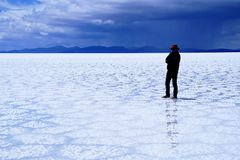 Salar de Uyuni Βολιβία αλατισμένη έρημος - μόνη στάση ατόμων στοκ εικόνες