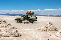 Salar de Uyuni στη Βολιβία με το αυτοκίνητο Στοκ Εικόνα