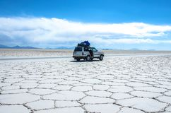Salar de Uyuni στη Βολιβία με το αυτοκίνητο Στοκ φωτογραφίες με δικαίωμα ελεύθερης χρήσης