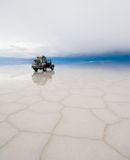 Τζιπ στην αλατισμένη λίμνη salar de uyuni Στοκ εικόνα με δικαίωμα ελεύθερης χρήσης