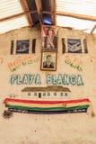SALAR DE UYUNI, BOLIVIA - 17 DE ABRIL DE 2015: Cartel de presidente Evo Morales en un hotel anterior hecho de la sal directamente fotos de archivo libres de regalías