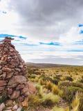 Salar De Uyuni Bolivia z skał stertami w przedpolu obrazy royalty free