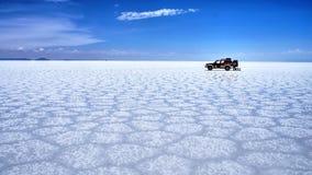 Salar De Uyuni Boliwia soli pustynia - osamotniony samochód Zdjęcia Stock