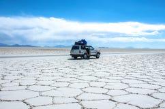 Salar de Uyuni en Bolivia con el coche Fotos de archivo libres de regalías