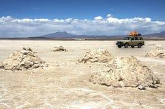 Salar de Uyuni en Bolivie avec la voiture Photos stock
