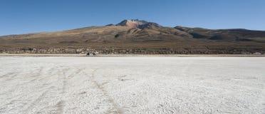 Salar de Uyuni framme av den Tunupa vulkan, Altiplano, Bolivia Arkivbild