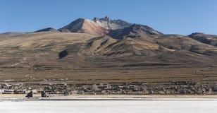 Salar de Uyuni framme av den Tunupa vulkan, Altiplano, Bolivia Arkivfoton