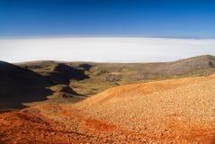 Salar De Uyuni od barwionych gór Zdjęcie Royalty Free
