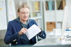 Salaris in envelop stock foto