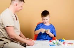 Salaris van het ziekenhuisarbeider Jongens leuk kind en zijn vader arts Medische Hulp Medische Verzekering Het concept van de gen stock foto's
