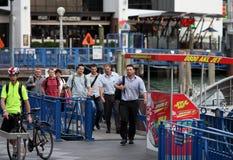 Salarymen marchant sur la rue Photographie stock