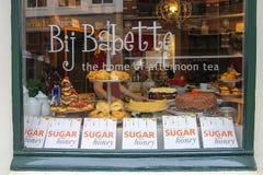 Salas Bij Babette do chá na rua de Kruisstraat em Haarlem Foto de Stock