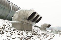 Salas de arejo externos do sistema de ventilação de uma construção moderna Grandes tubulações do metal com grelhas Projeto de esp imagem de stock royalty free