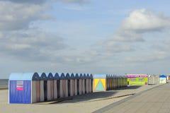 Salas de armazenamento em mudança das cabines na praia em Dunkirk, Normany, Fran Fotos de Stock