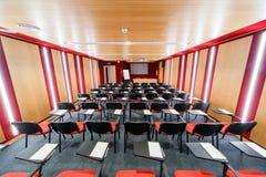 Salas de conferencias interiores rojas con el flipchart, retroproyector Fotografía de archivo libre de regalías
