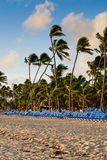 Salas de estar azuis em uma praia da areia Fotos de Stock