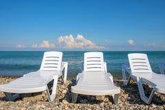 Salas de estar do Chaise na praia fotografia de stock