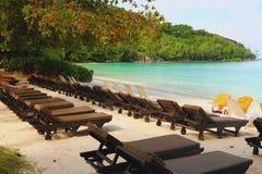 Salas de estar do Chaise na praia Porto Launay, Mahe, Seychelles foto de stock