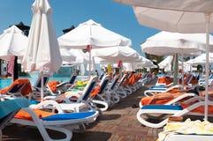 Salas de estar do sol em uma praia Fotos de Stock Royalty Free