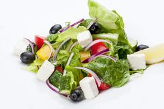 Salat 'griechisch 'auf einer weißen Platte lizenzfreies stockbild