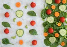 Salat auf die Marmorstrand-Oberseite Lizenzfreie Stockbilder