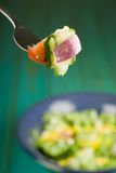 Salat auf Gabel Stockfoto