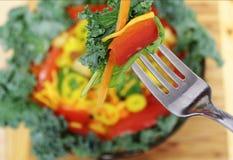 Salat auf Gabelabschluß oben Stockfotografie