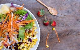 Salat auf Holztisch Stockfoto