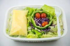 Salat auf Plastikkasten Stockfoto