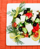Salat auf quadratischer Platte Stockbild