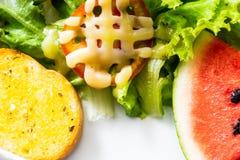 Salat auf weißer Platte stockbild
