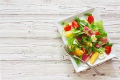 Salat avec le thon, les légumes frais et les oeufs images stock