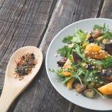 Salat backte Aubergine und frische Tomaten und Arugula stockfotos