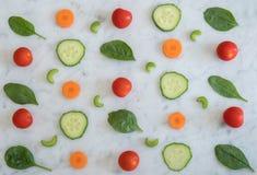 Salat-Bestandteile auf die Marmorbank-Oberseite Lizenzfreie Stockbilder