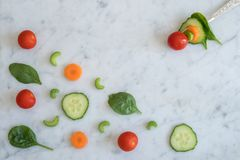 Salat-Bestandteile auf die Marmorbank-Oberseite mit Gabel Lizenzfreies Stockfoto