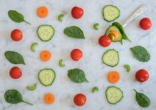 Salat-Bestandteile auf die Marmorbank-Oberseite mit Gabel Stockfotos
