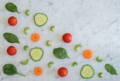 Salat-Bestandteile auf die Marmorbank-Oberseite mit Kopien-Raum Lizenzfreies Stockfoto