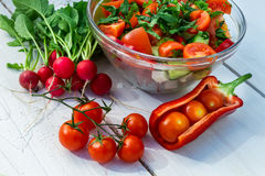 Salat bildete ââwith Frischgemüse Stockbilder