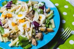 Salat Caesar auf blauer Platte Stockbilder
