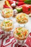 Salat de la col y de la zanahoria Platos de porci?n hermosos La cena de boda con la carne del rodillo fum? y los tomates fotos de archivo