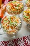 Salat de la col y de la zanahoria Platos de porci?n hermosos La cena de boda con la carne del rodillo fum? y los tomates foto de archivo