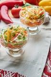 Salat de la col y de la zanahoria Platos de porci?n hermosos La cena de boda con la carne del rodillo fum? y los tomates imagenes de archivo