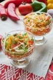 Salat de la col y de la zanahoria Platos de porci?n hermosos La cena de boda con la carne del rodillo fum? y los tomates fotos de archivo libres de regalías