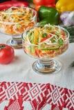 Salat de la col y de la zanahoria Platos de porci?n hermosos La cena de boda con la carne del rodillo fum? y los tomates imagen de archivo