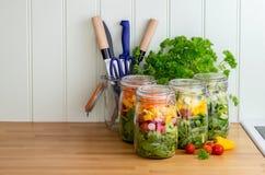 Salat in den Glasspeichergläsern Kopieren Sie Platz Lizenzfreies Stockfoto