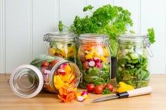 Salat in den Glasspeichergläsern Verschüttet werdener Inhalt einer Stockbild